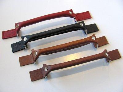 Echt leren handgreep  in 15 kleuren met nikkel of brons ringen.